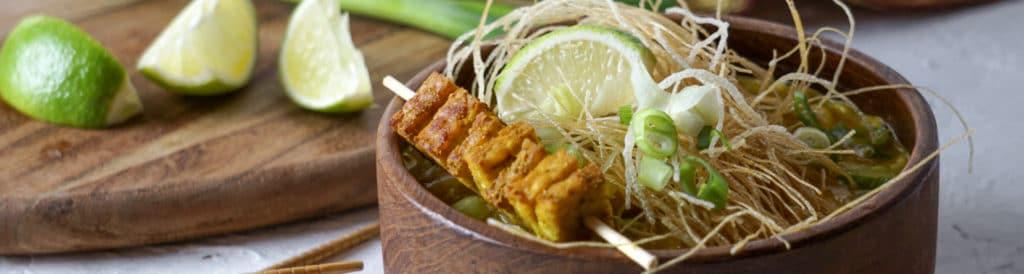 Thai-Suppe mit Tempeh-Spieß
