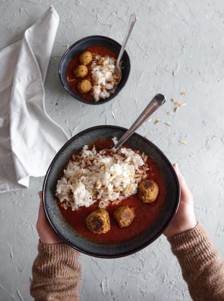 Tempeh-Bällchen mit Reis und Marinara-Sauce